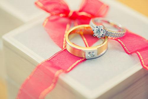 ダイヤモンドが取れにくい婚約指輪のデザインとは?