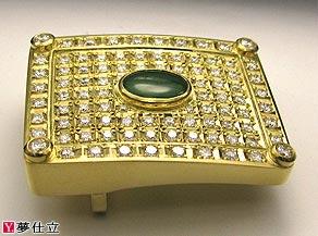 表面のダイヤモンドは彫り留めで、ヒスイは覆輪留めで留めた特注のバックル