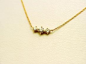 3つのダイヤモンドが独立して動くネックレス