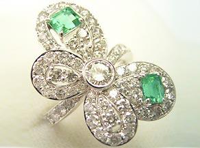 エメラルドとダイヤモンドリングで蝶をモチーフとしたオリジナルの指輪