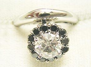 ダイヤモンドとサファイアのスウィングリング