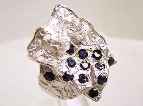 サファイヤを全体に散りばめたユニークなデザインの指輪