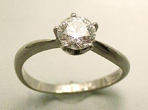 立て爪のダイヤモンドリング リフォーム前