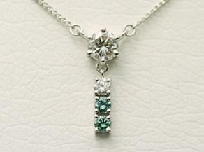 一文字のダイヤモンドとメラルドを使用したペンダント リフォーム後