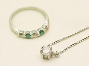 プラチナ製のエメラルドとダイヤの一文字リングとダイヤ0.4Ctのペンダント リフォーム前