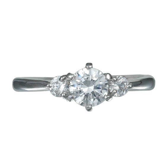 シンプルなティファニータイプ6本爪、サイドに1つずつメレダイヤの入ったデザイン