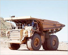 100t巨大ダンプ。1台約2億円。積載時総重量約200t